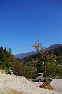 小谷村古民家再生秋の空と駐車場.jpg